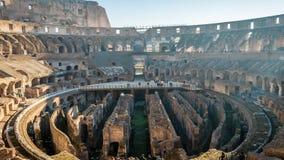 Los turistas que visitan el Colosseum en Roma en un día soleado brillante, enfocan adentro almacen de metraje de vídeo
