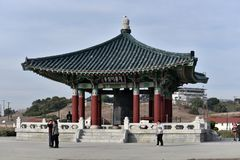 Los turistas recolectan en la Bell coreana de la amistad Fotografía de archivo