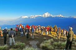 Los turistas resuelven la salida del sol en la parte superior de Poon Hill, Nepal Imagenes de archivo