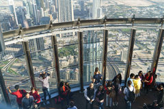 Los turistas resuelven salida del sol en la plataforma de observación en el piso 125 de la torre de Khalifa Foto de archivo