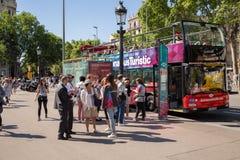 Los turistas se alinean para subir al autobús imágenes de archivo libres de regalías