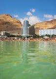 Los turistas se bañan en el mar muerto, Israel Imagen de archivo libre de regalías