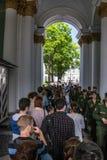 Los turistas se colocan en largases horas de la cola en el museo de ermita del estado Imagen de archivo libre de regalías