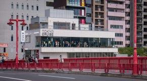 Los turistas se están alineando esperar a conseguir en el autobús del agua de Tokio Imagen de archivo