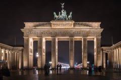 Los turistas se maravillan en la puerta de Brandeburgo en la noche fotografía de archivo libre de regalías