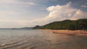 Los turistas se relajan en la playa larga Ao-Nang en la puesta del sol metrajes