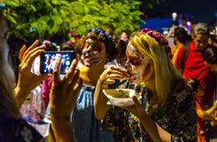 Los turistas se unen al día de las celebraciones muertas imágenes de archivo libres de regalías