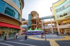 Los turistas sin título y muchos califican tiendas en Lotte Premium Outlet Imagenes de archivo