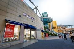 Los turistas sin título y muchos califican tiendas en Lotte Premium Outlet Fotos de archivo libres de regalías