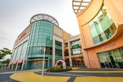 Los turistas sin título y muchos califican tiendas en Lotte Premium Outlet Fotografía de archivo