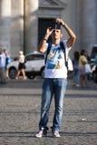 Los turistas sirven tomar una foto con el teléfono móvil Foto de archivo