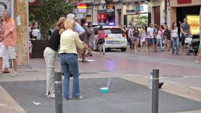 Los turistas son de tarareo y de reclinación sobre las calles de la ciudad metrajes