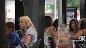 Los turistas son de tarareo y de reclinación sobre las calles de la ciudad almacen de video
