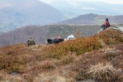 Los turistas suben al top de la montaña de Runa en Cárpatos Imagenes de archivo