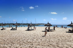 Los turistas tienen un resto en la playa arenosa de la isla de Gabrielle el 24 de abril de 2012 en Mauricio Imagen de archivo libre de regalías