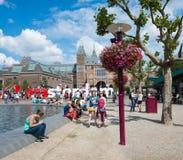 Los turistas toman imágenes con el gigante de la palabra en Museumplein Fotos de archivo libres de regalías