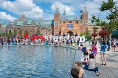 Los turistas toman imágenes con el gigante de la palabra en Museumplein Foto de archivo