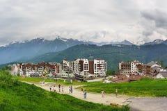 Los turistas toman imágenes de las vistas de la estación de esquí Fotografía de archivo libre de regalías