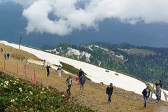 Los turistas toman imágenes del paisaje de la montaña en la estación de esquí Imagenes de archivo
