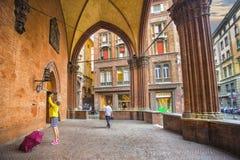 Los turistas toman imágenes del palacio medieval de los merchandis Fotografía de archivo libre de regalías