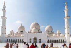 Los turistas toman las fotografías de la mezquita magnífica fotografía de archivo libre de regalías