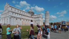 Los turistas toman las fotos de la torre inclinada en Pisa y la catedral - PISA TOSCANA ITALIA - 13 de septiembre de 2017 almacen de video