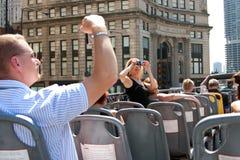 Los turistas toman las fotos del horizonte de Chicago del omnibus Fotos de archivo
