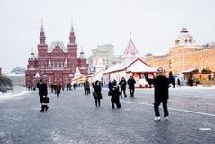 Los turistas toman las fotos en la Plaza Roja en Moscú Edificio de la GOMA Fotos de archivo