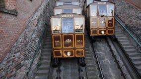 Los turistas van en un teleférico en la colina Gellert Imagenes de archivo