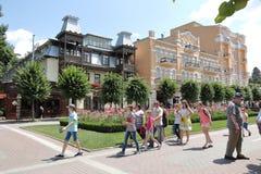Los turistas van a lo largo del bulevar de Kurortny en Kislovodsk, Rusia Fotografía de archivo