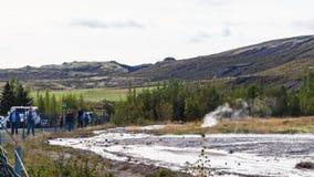 Los turistas vienen al área del géiser de Haukadalur en Islandia Fotografía de archivo