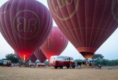 Los turistas vienen a los globos del aire caliente en Bagan, Myanmar Imágenes de archivo libres de regalías