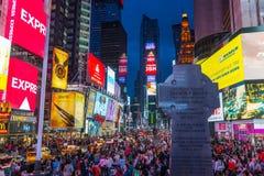 Los turistas vienen Times Square de la visita Imagen de archivo