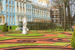 Los turistas visitan a Catherine Palace son un palacio rococó localizaron i Fotos de archivo