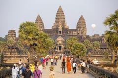 Los turistas visitan el complejo histórico del templo de Angkor Wat Fotografía de archivo libre de regalías
