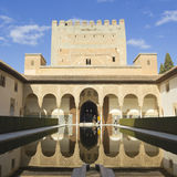Los turistas visitan el complejo real de Alhambra Imagenes de archivo