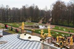 Los turistas visitan el jardín del palacio de Peterhof, St Petersburg Foto de archivo