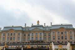 Los turistas visitan el jardín del palacio de Peterhof, St Petersburg Imagen de archivo