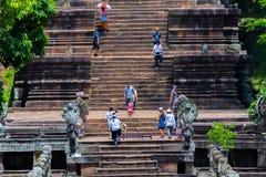 Los turistas visitan el peldaño de Prasat Phanom Fotos de archivo libres de regalías