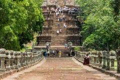 Los turistas visitan el peldaño de Prasat Phanom Foto de archivo libre de regalías