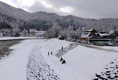 Los turistas visitan el pueblo viejo adentro Shirakawa-van, Japón Fotos de archivo