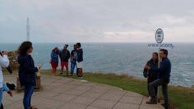 Los turistas visitan el punto más occidental de Inglaterra - aterrice el extremo de s en Cornualles almacen de metraje de vídeo