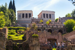 Los turistas visitan la colina de Palatine en Roma, Italia Imagen de archivo libre de regalías