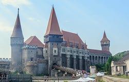 Los turistas visitan la estructura del castillo de Corvins de John Hunyadi Imágenes de archivo libres de regalías