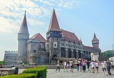 Los turistas visitan la estructura del castillo de Corvins de John Hunyadi Imagenes de archivo