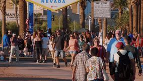 Los turistas visitan la recepción a la muestra de Las Vegas en Las Vegas Boulevard - los E.E.U.U. 2017 almacen de video