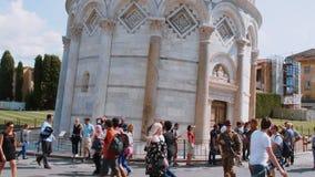 Los turistas visitan la torre inclinada famosa de Pisa y de la catedral - PISA TOSCANA ITALIA - 13 de septiembre de 2017 almacen de metraje de vídeo