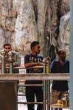 Los turistas visitan a las cuevas de Batu en Malasia Imágenes de archivo libres de regalías