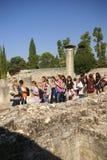 Los turistas visitan las ruinas de los chalets romanos Imagenes de archivo