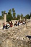 Los turistas visitan las ruinas de los chalets romanos Fotos de archivo